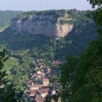 Des falaises et un village