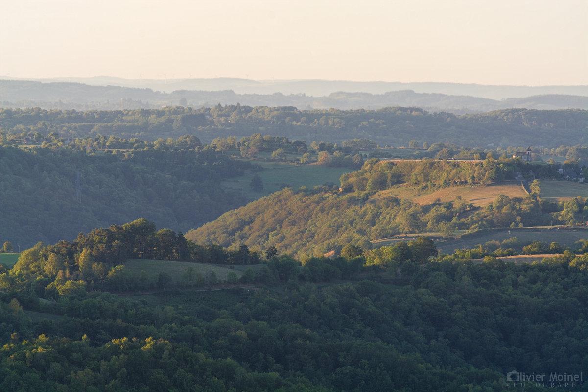 Vue matinale d'un plateau basaltique et des vallées environnantes...