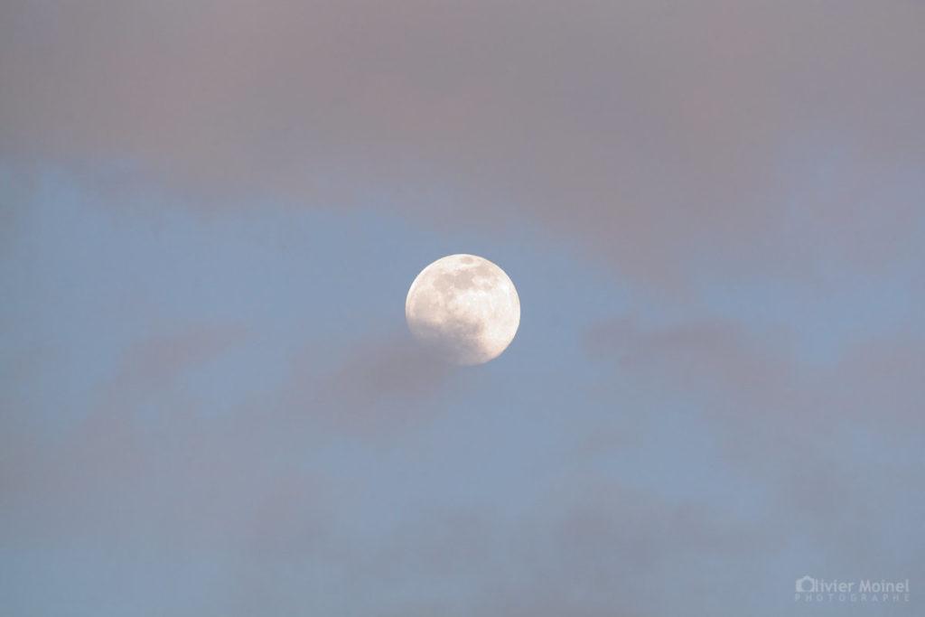 Lune gibbeuse parmi les nuages